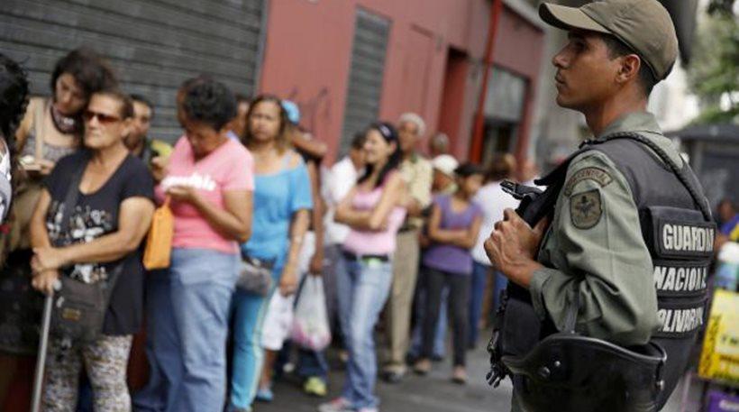 Σκηνές χάους στη Βενεζουέλα: Κλέβουν αλεύρι, κοτόπουλα και… εσώρουχα