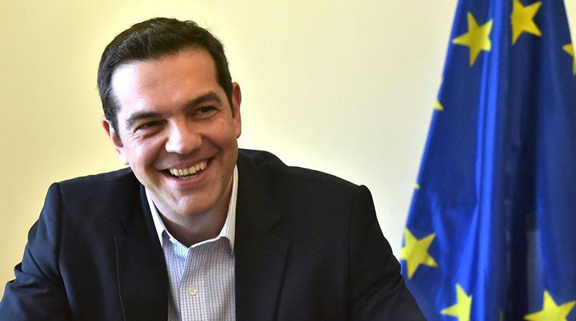 Ο Τσίπρας αστειεύεται με τη γραβάτα και το χρέος: «Το θέμα είναι να μην φύγω με φέσι»